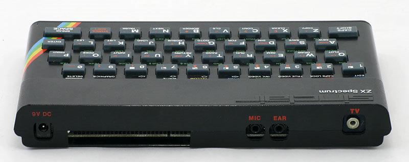 Sinclair ZX Spectrum achterkant met standaard aansluitingen voor beeld en Cassetterecorder